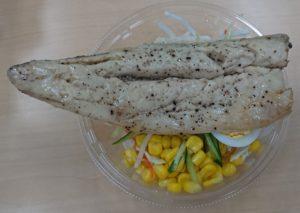 セブンプレミアム サラダフィッシュさばをサラダに盛り付けた写真