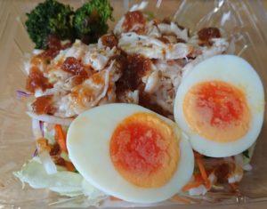 セブンイレブン たんぱく質が摂れる!鶏むね肉サラダのパッケージを開けたところ2020年2月27日新発売