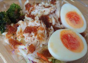 セブンイレブン たんぱく質が摂れる!鶏むね肉サラダのパッケージをオープンしたところ2020年2月27日新発売