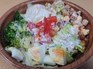 セブンイレブンのグリルチキンと玉子のチョップドサラダのパッケージを開けたところ2020年1月版