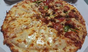 ドミノピザの半額クーポンで注文したハーフ&ハーフのピザ