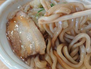 セブンイレブンの中華蕎麦とみ田監修 豚ラーメン豚骨醤油のパッケージを開けたところ