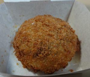 ローソンの新食感「あふれメンチ チーズ」のパッケージをオープン