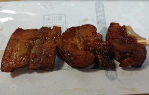 ファミリーマート 炭火焼豚ばら串(味噌ダレ)の近接拡大写真