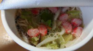 ファミリーマートのRIZAP野菜たっぷりちゃんぽん お湯を注いで5分後にパッケージを開けたところ