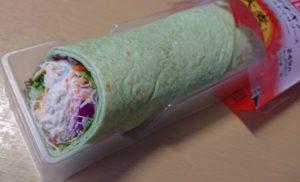 ファミリーマート ラップスティック サラダチキン ナッツテイストマヨソース(スーパー大麦入り)のパッケージを開けたところ2020年7月21日版