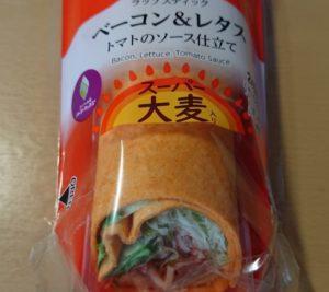 ファミリーマート ラップスティック ベーコン&レタストマトのソース仕立て(スーパー大麦入り)のパッケージ2020年8月25日版