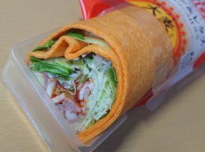 ファミリーマート ラップスティック ベーコン&レタストマトのソース仕立て(スーパー大麦入り)のパッケージを開けたところ2020年8月25日版