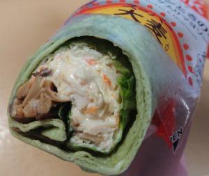 ファミリーマート ラップスティック サラダチキンときのこ野菜ドレッシング(スーパー大麦入り)のパッケージを開けたところ 2020年9月22日版