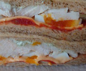 ファミマ全粒粉サンド たんぱく質が摂れるサラダチキンとたまご(トマトとバジルソース)の近接拡大写真2 2021年1月1日版