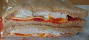 ファミマ全粒粉サンド たんぱく質が摂れるサラダチキンとたまご(トマトとバジルソース)のパッケージを開けたところ2021年1月1日版